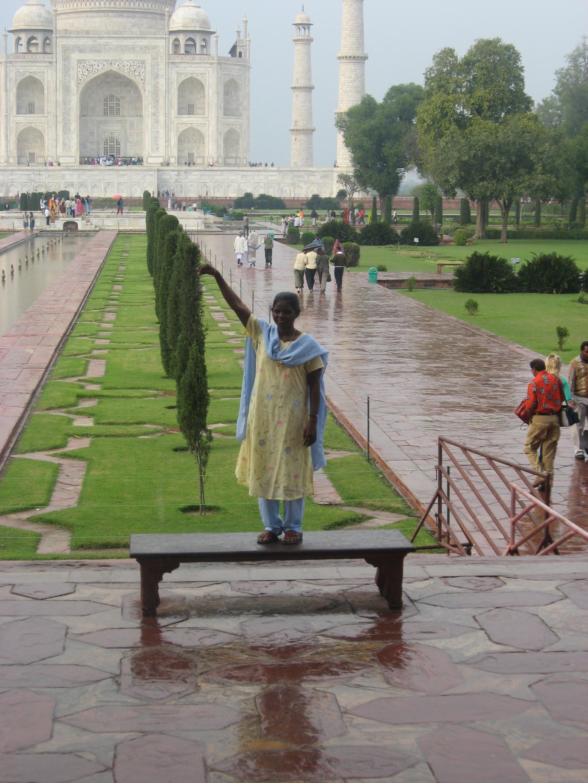 ragazza al Taj Mahal