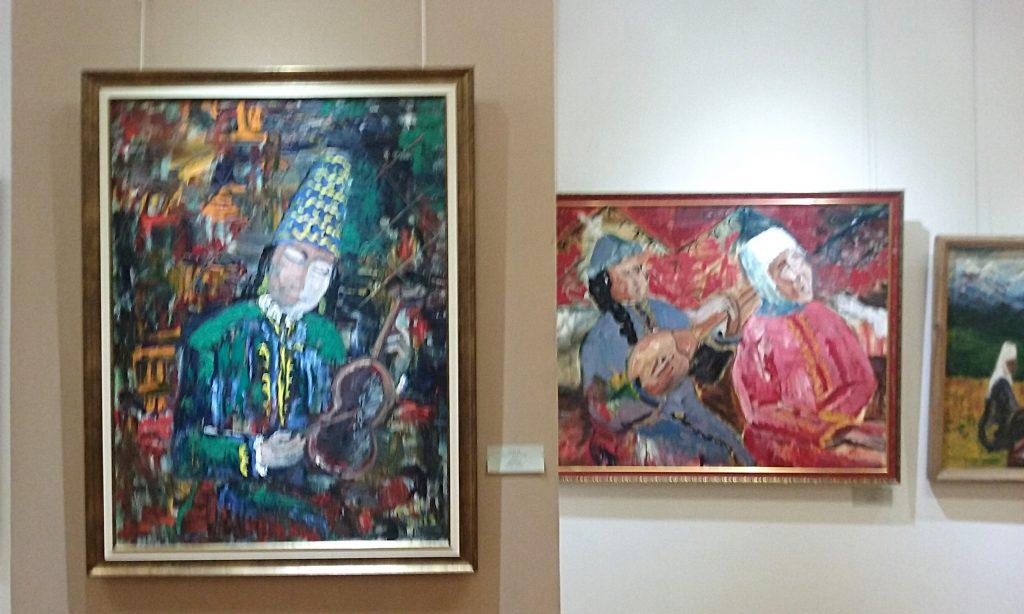 Opere dalla mostra all'interno del Museo del pittore italiano Carmine Barbaro, residente ad Almaty