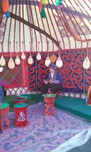 Suonatore di dombra nella tradizionale yurta.