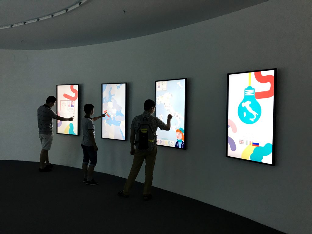 Visitatori e schermi audio-visivi