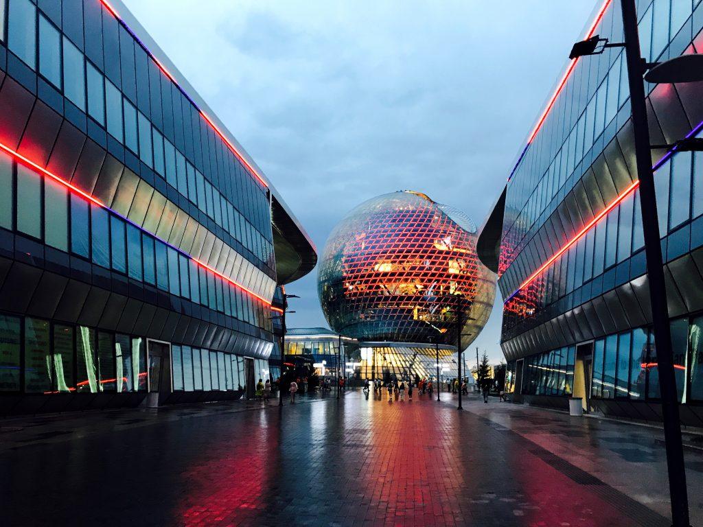 La Sfera tra i vari padiglioni dell'EXPO ad Astana