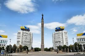Piazza della Repubblica e il Guerriero d'oro. Almaty