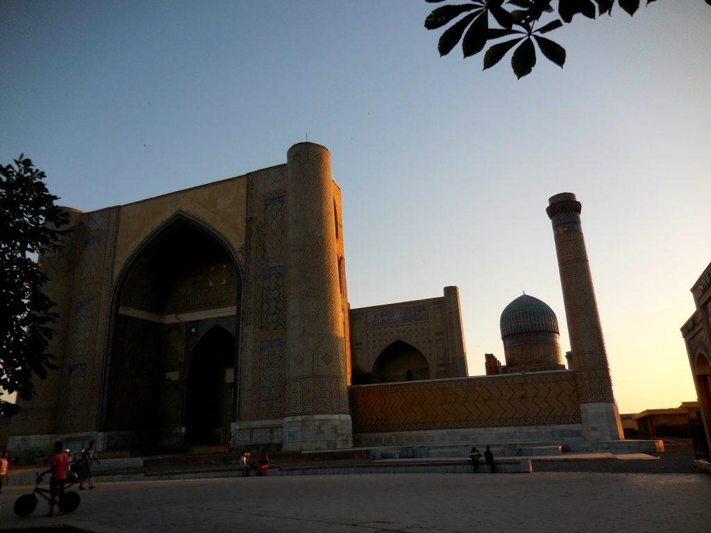 Panorama serale dell'esterno della Moschea.