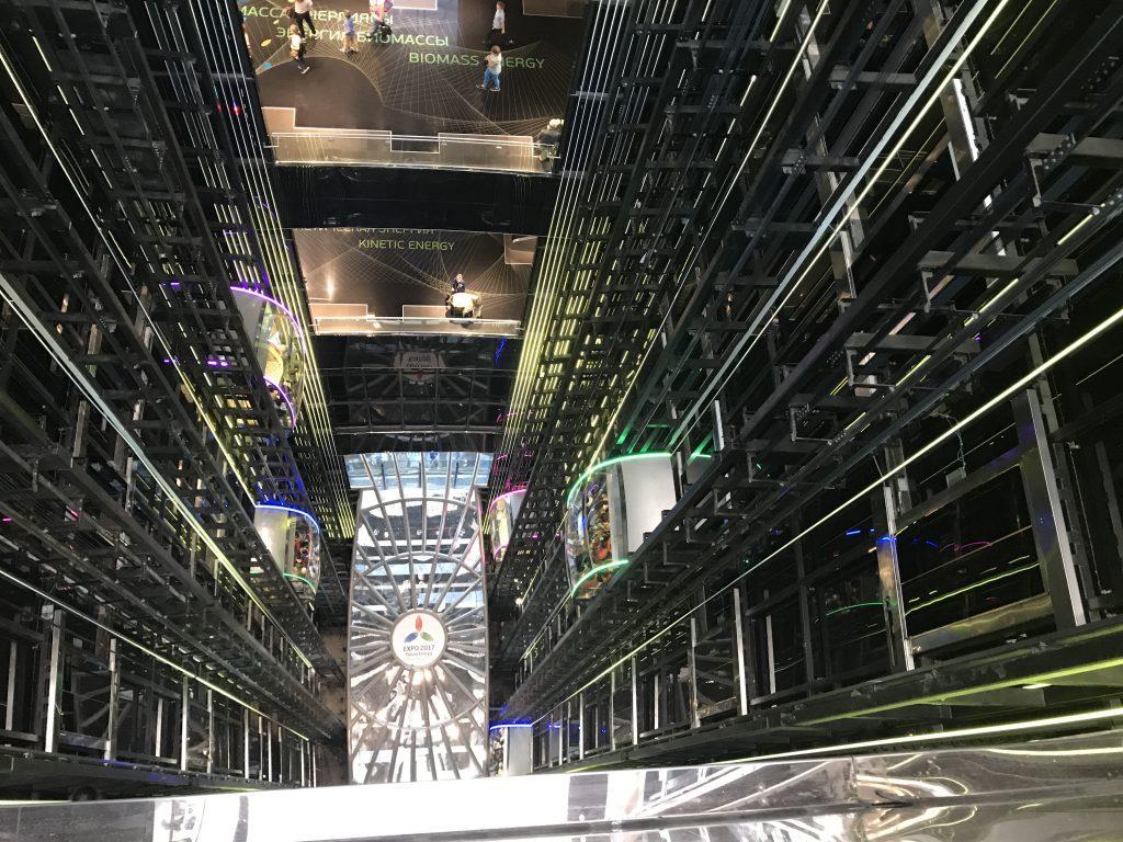 Visuale dall'ottavo piano della sfera, ascensori