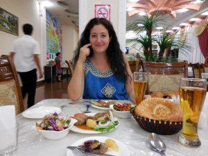 Al ristorante; carne di montone lessata con contorno di insalate