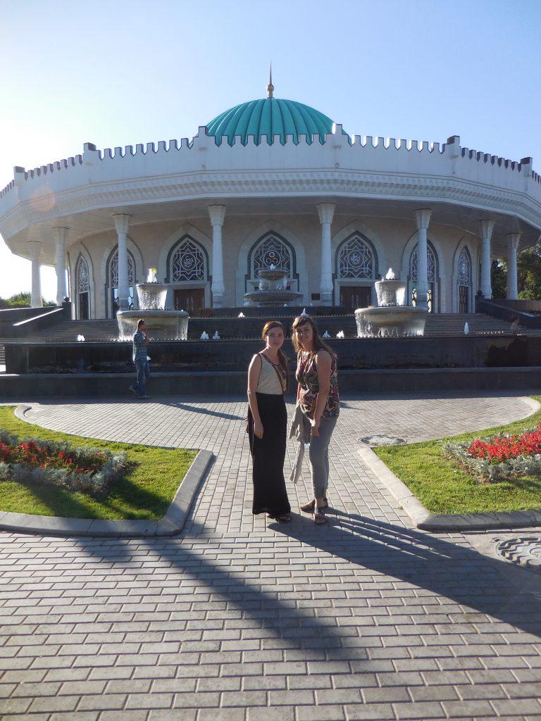 Compagna di viaggio e insegnante di lingua tedesca di fronte al Museo Amir Timur