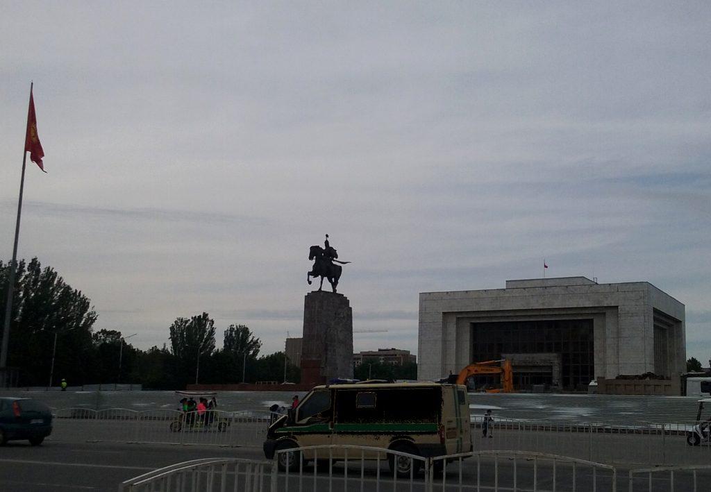 Piazza Ala-Too. Statua di Manas