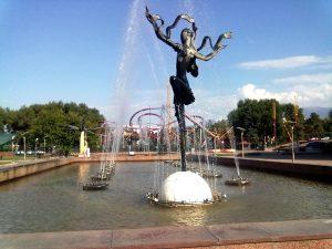 Luna Park e fontana davanti al Circo