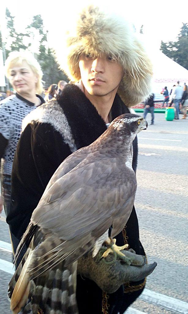 Ragazzo con falco pellegrino e Tumak