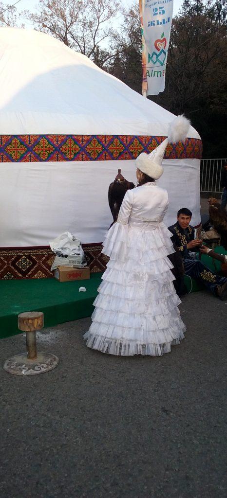 Ragazza con aquila in vestiti tradizionali e Saukele