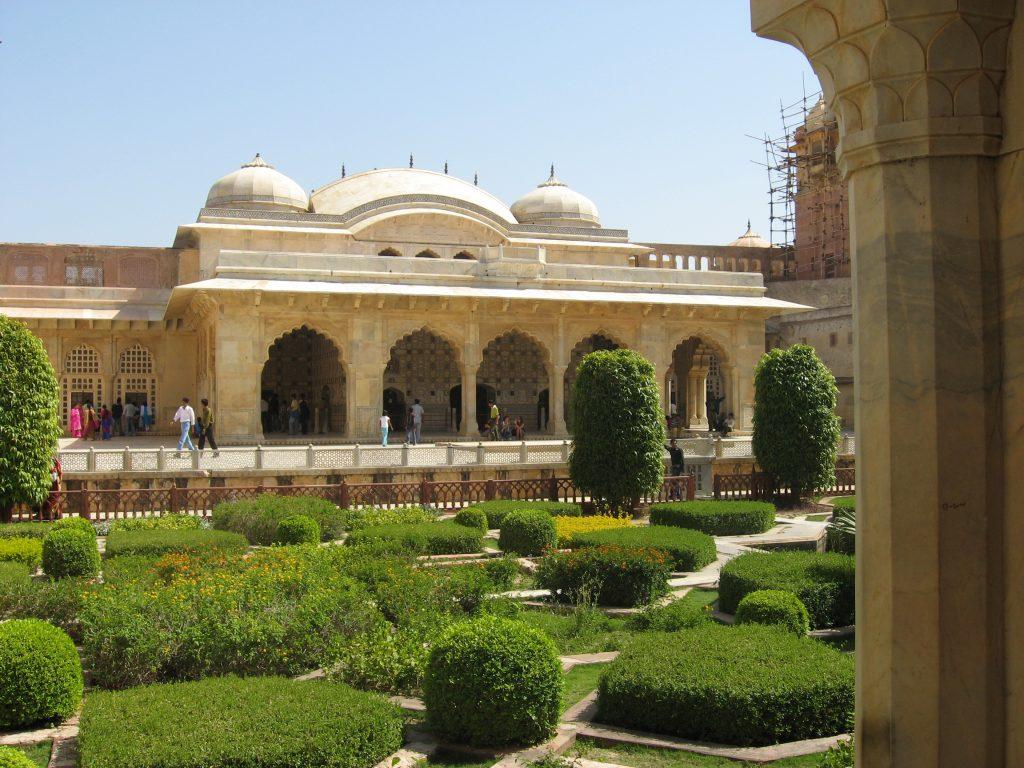 Giardino davanti al Palazzo degli specchi. Forte di Amber e Festival degli elefanti, Jaipur
